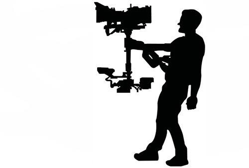 Sort/hvid grafisk gengivelse af videofotograf der har sit kamera monteret som steady cam.